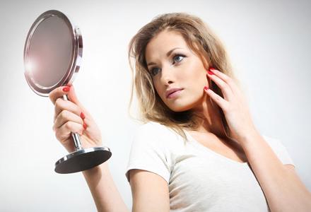 femeie oglinda